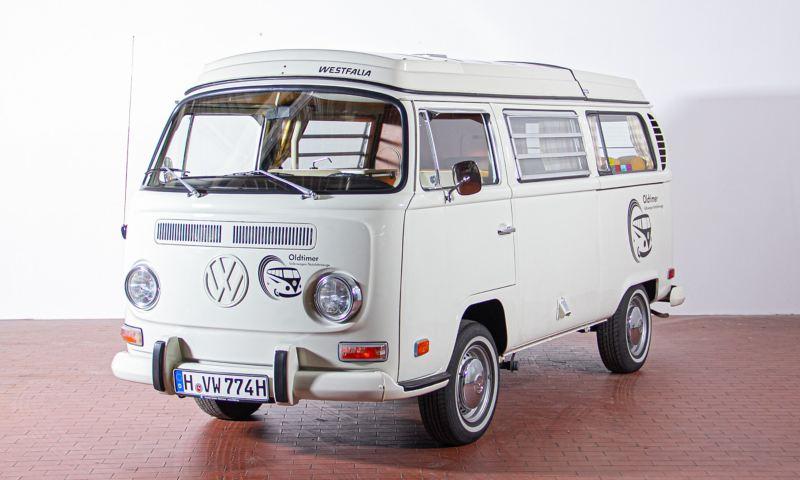 Horst - 1971 T2a Campingwagen Westfalia mit Aufstelldach schräg von vorne.