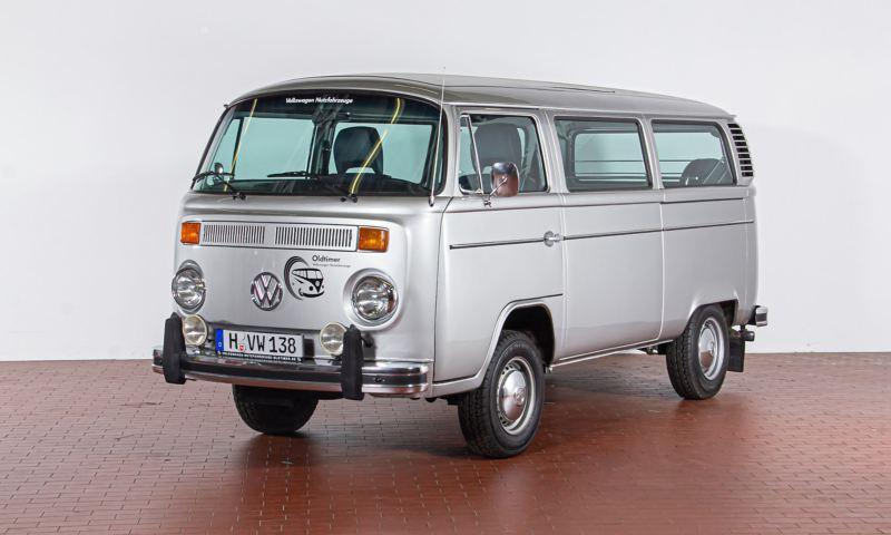 """Ernst August - 1979 T2b Bus L """"Silberfisch"""" schräg von vorne."""