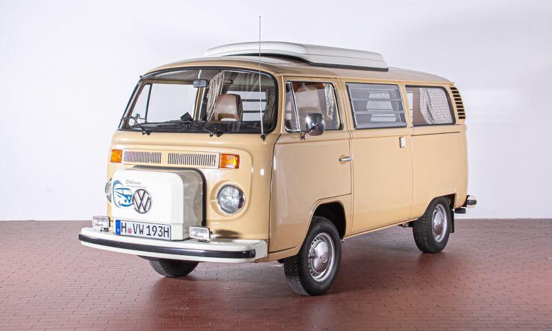 Rosalinde - 1979 T2b Campingwagen Selbstausbau schräg von vorne.