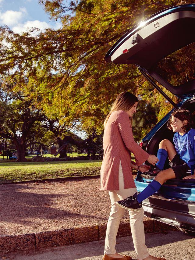Une famille s'apprêtant à profiter d'un voyage à bord d'une Volkswagen