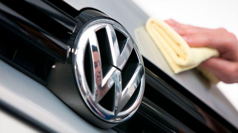 Auto adquiriendo polish en Servicio Volkswagen para cuidado de la carrocería para carros y camionetas VW
