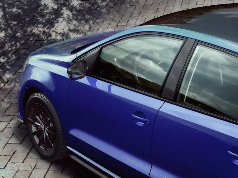 VW Polo 2021 con carcasas de espejos exteriores en color negro, estacionado en exterior