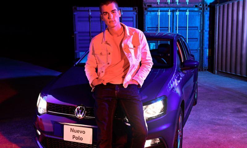 Hombre recargado sobre Polo 2020 VW con faros especiales para niebla encendidos