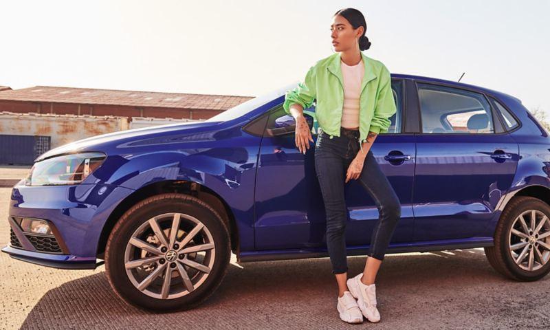 Mujer a lado de rines de aluminio de 16 pulgadas de Nuevo Polo 2020 Volkswagen