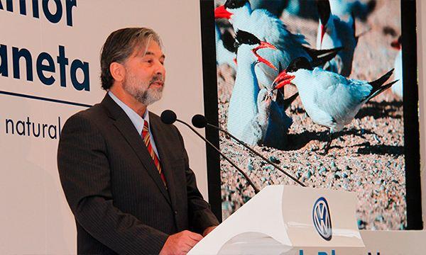 Dr. Aguirre Muñoz en premiación de Por Amor a México de Volkswagen por investigación