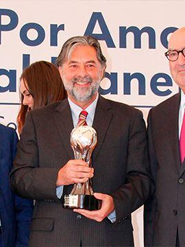 Dr. Alfonso Aguirre Muñoz sosteniendo premio de Por Amor al Planeta de Volkswagen México