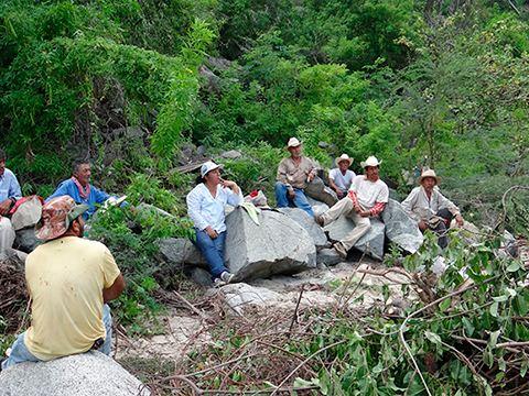 Trabajadores en zona protegida trabajando por conservación de biodiversidad - Proyecto Por Amor a México Volkswagen