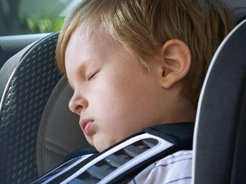 Un bébé dormant à point dans une Volkswagen
