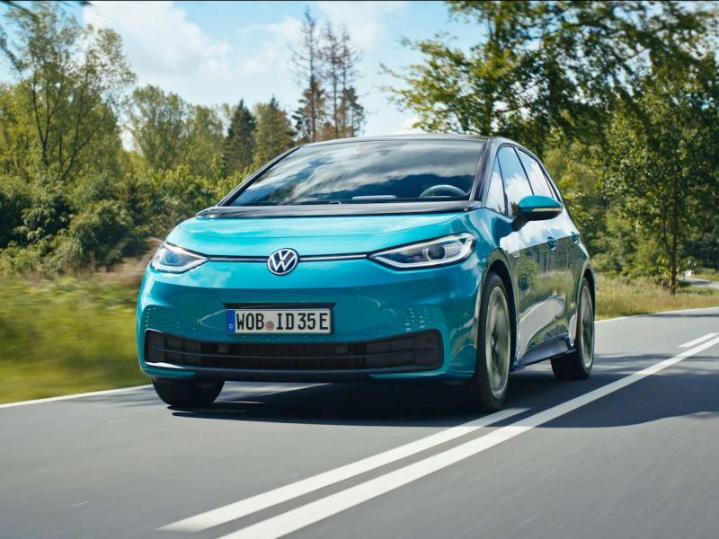 VW Volkswagen ID.3 elbil sett forfra kjørende på en landevei