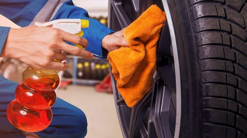 Auto seminuevo garantizado de Volkswagen recibiendo mantenimiento de llantas