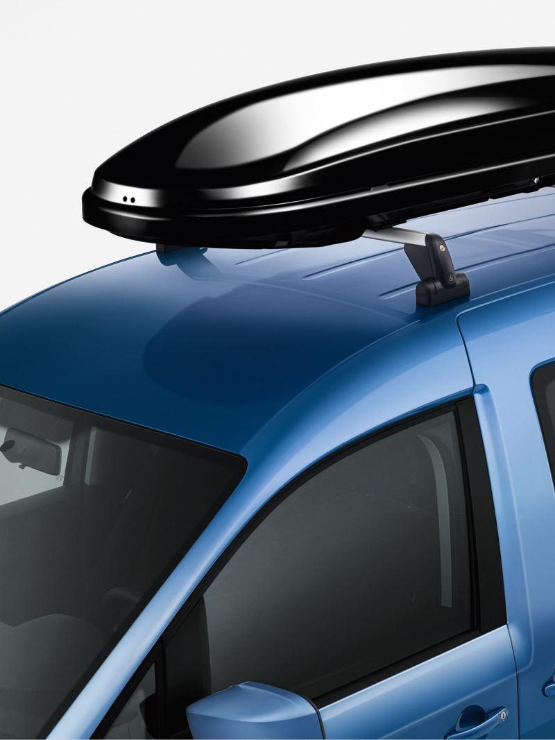 Eine Dachbox auf dem Dach eines Volkswagen Nutzfahrzeuges.