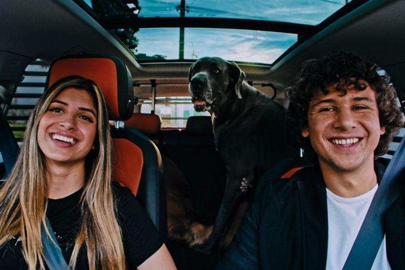 Scar, Santi y su mascota en la espaciosa cabina de Tiguan - VW Series