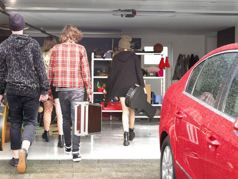 Jóvenes acudiendo a taller de Servicio técnico Volkswagen para adquirir Service Express