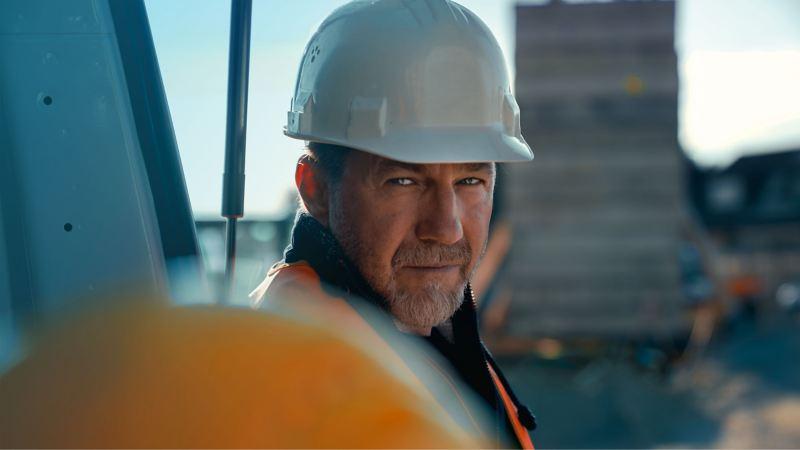 Ein Bauarbeiter vertraut auf ServicePlus.