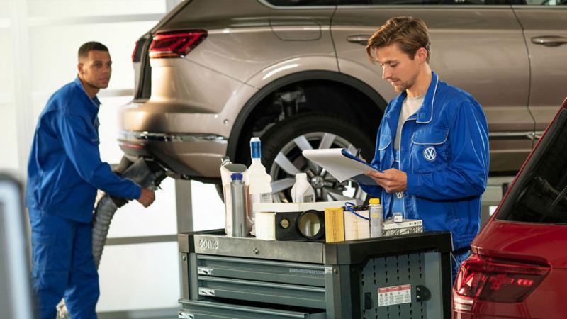 Técnicos de Taller de Servicio Volkswagen dando mantenimiento a camionetas y autos