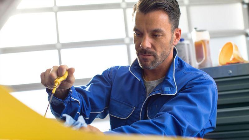 Técnico brindando Servicios de Mantenimiento Volkswagen a camionetas y autos