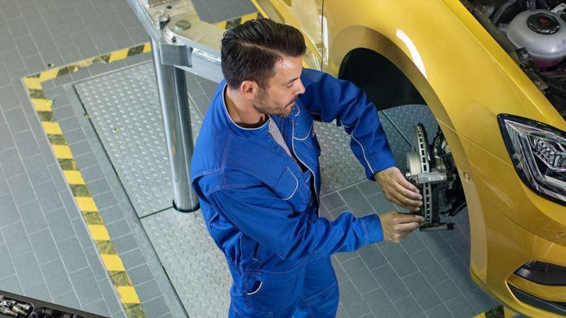 Automóvil recibiendo Servicios de Mantenimiento Volkswagen