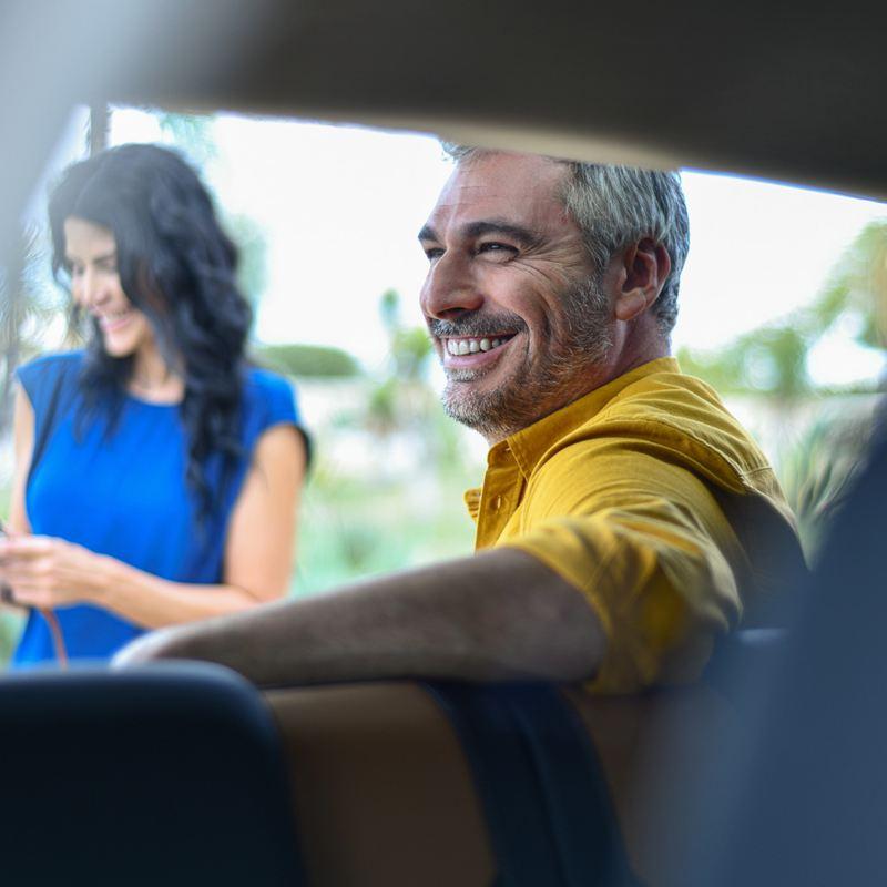 Hombre dentro de carro adquirido mediante planes de financiamiento de Volkswagen