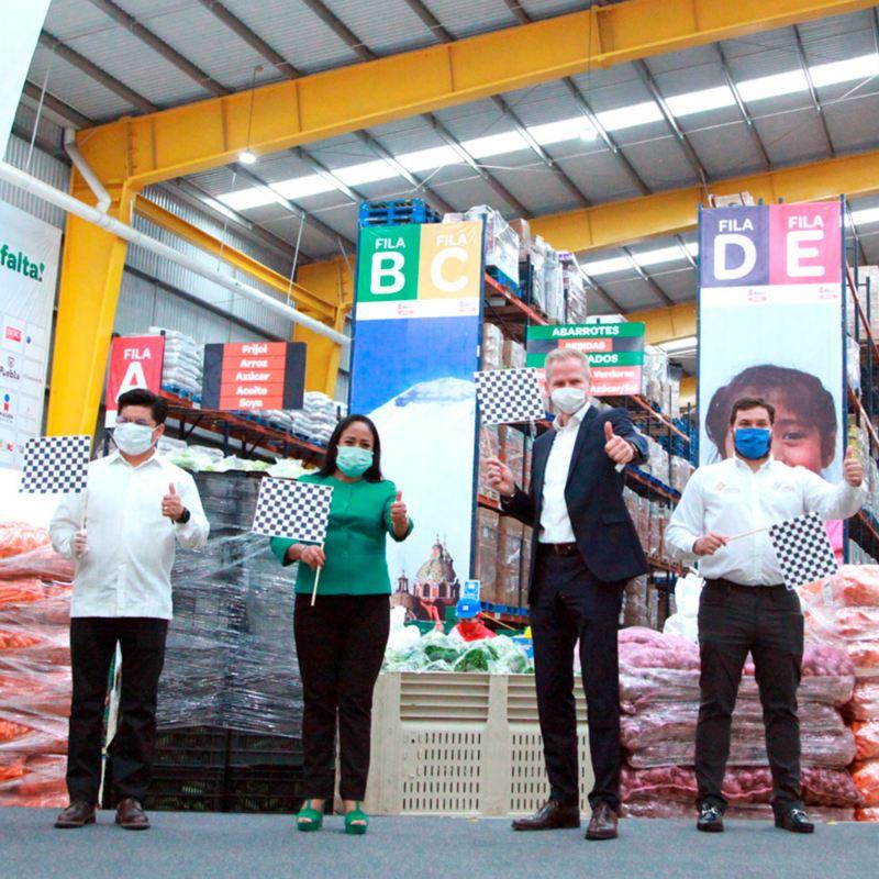Empleados de VW México donando despensas a familias en Puebla y Guanajuato durante contingencia de COVID-19