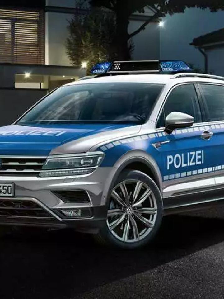 Ein Polizeiauto vor einem Haus.