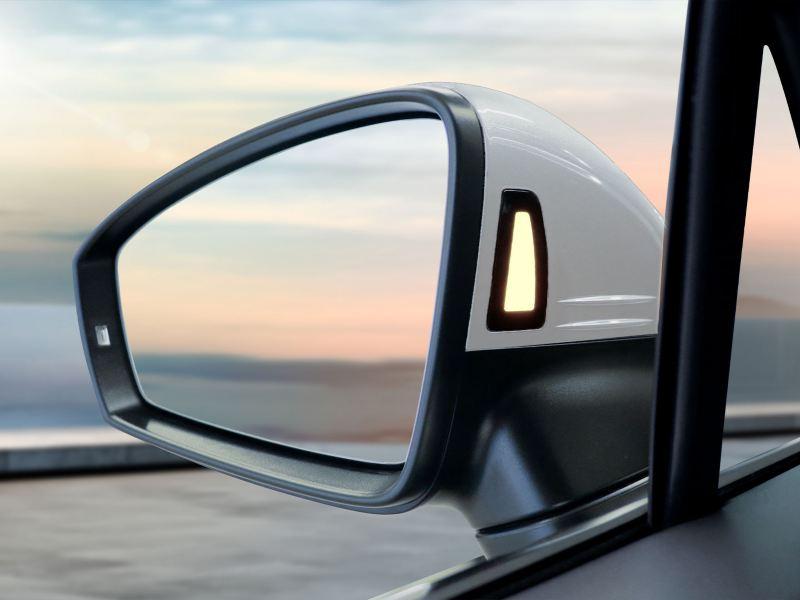 Detector de punto ciego en el espejo lateral del SUV Tiguan 2020 de Volkswagen