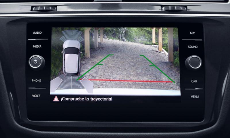 Pantalla con cámara trasera en la camioneta familiar Tiguan 2021 para estacionarse con mayor facilidad