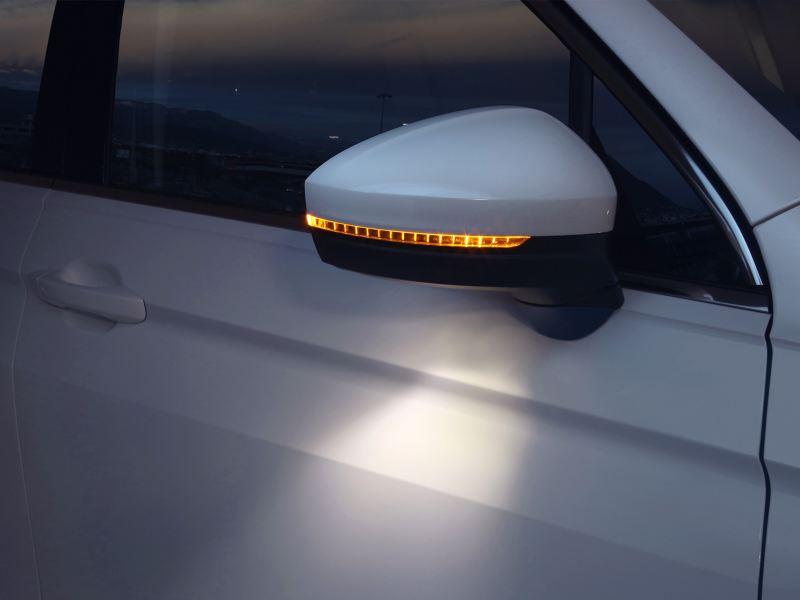 Espejo lateral con luz ambiental equipados en el SUV Tiguan 2020 de Volkswagen