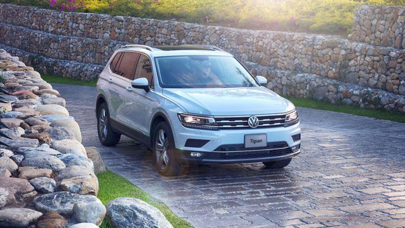 SUV Tiguan 2020 de Volkswagen en color blanco sobre calle empedrada