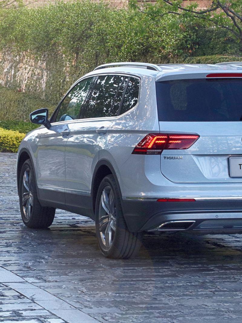 Vista trasera de Tiguan 2020, el SUV familiar de Volkswagen color blanco equipado con park assistant