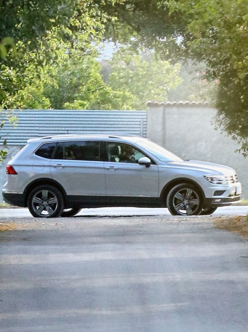 Vista lateral de Tiguan 2020, el SUV familiar de Volkswagen color blanco