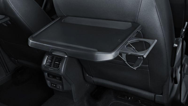 Mesa plegable presente en los asientos traseros de SUV Tiguan 2020 de Volkswagen