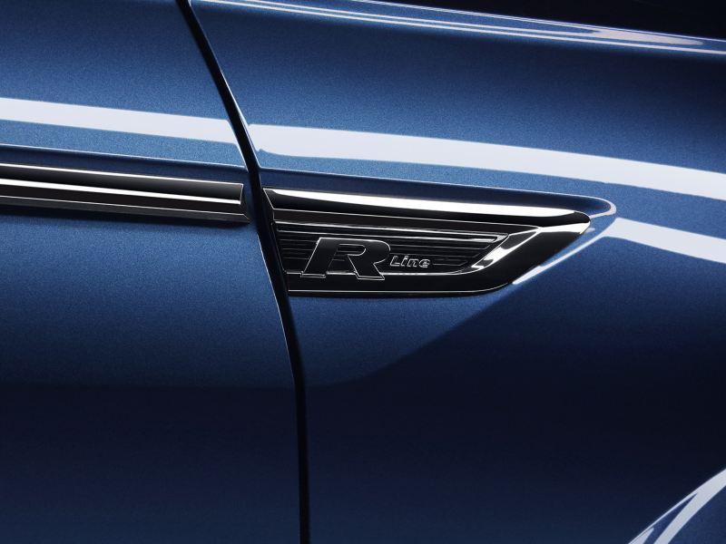 Emblema de auto R-Line en detalle cromado de Volkswagen México