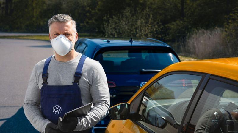Empleado de Grupo Volkswagen con equipo de protección donado por VW