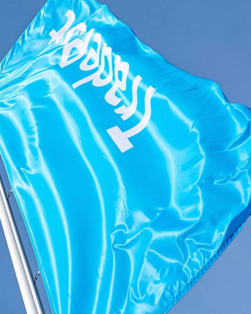 Eine TradePort Flagge weht im Wind.