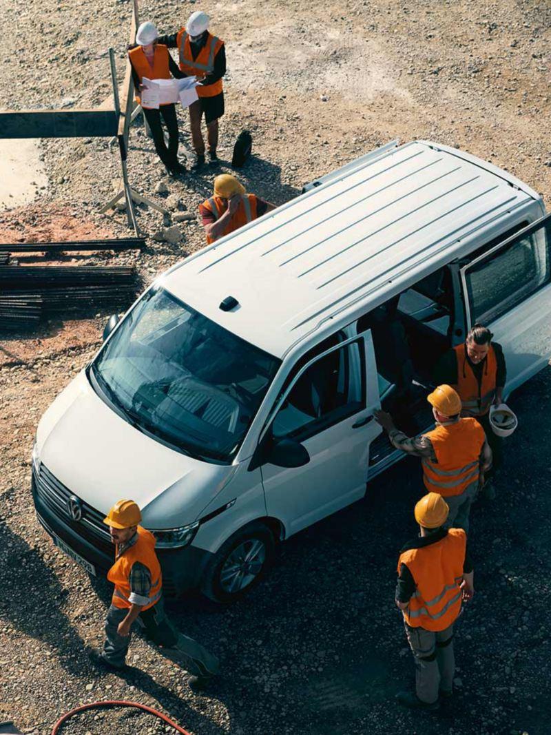 En vit VW Transporter Skåp på en byggarbetsplats
