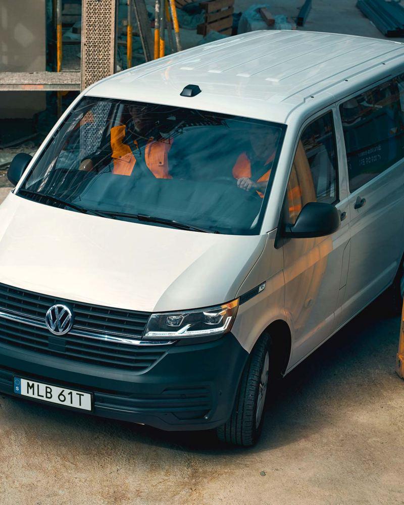 Vit VW Transporter Skåp på en byggarbetsplats