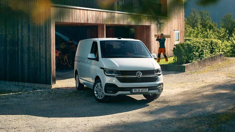 Vit VW Transporter 6.1 med hantverkare i bakgrunden