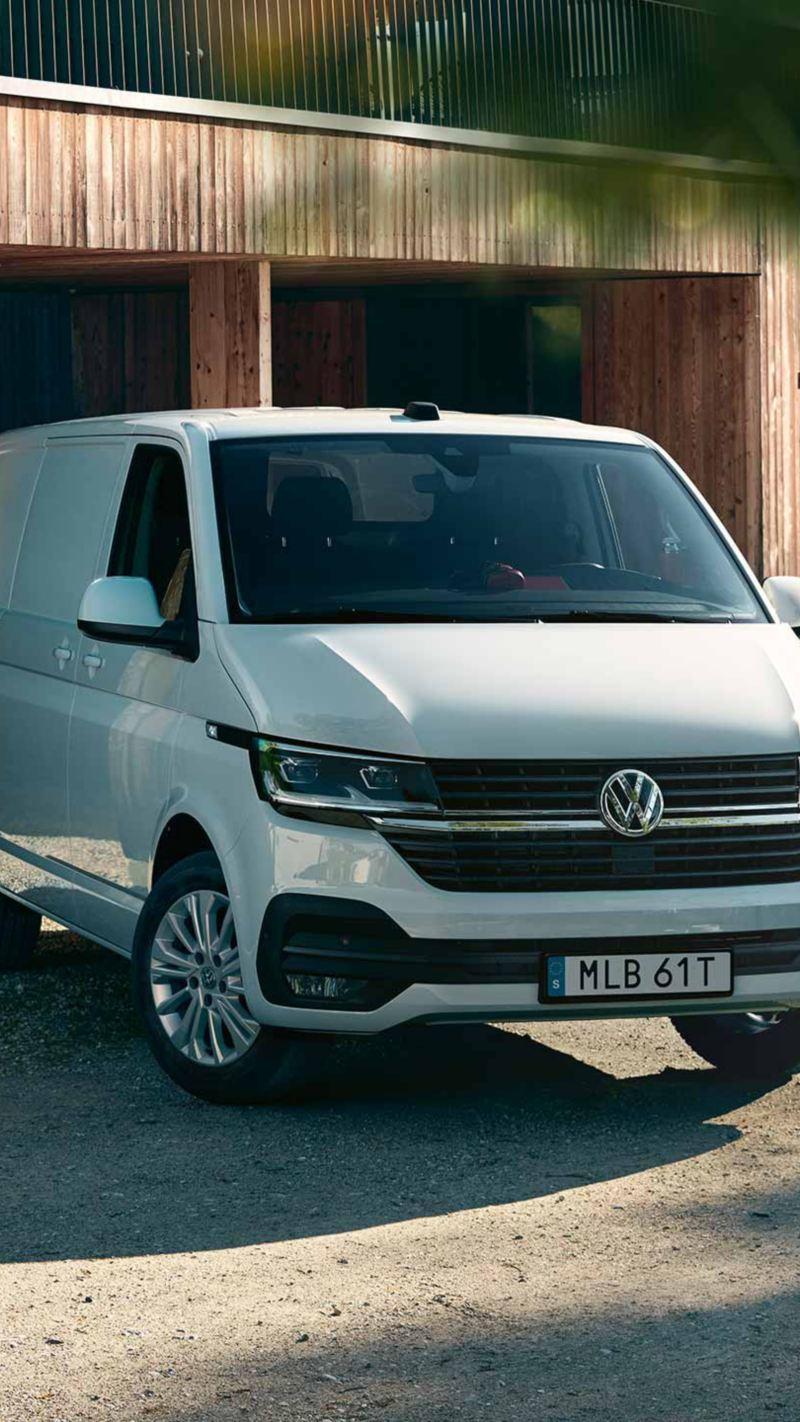 Volkswagen Transporter framför ett garage