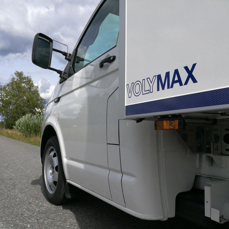 Vit VW Transporter VolyMax med logo från sidan