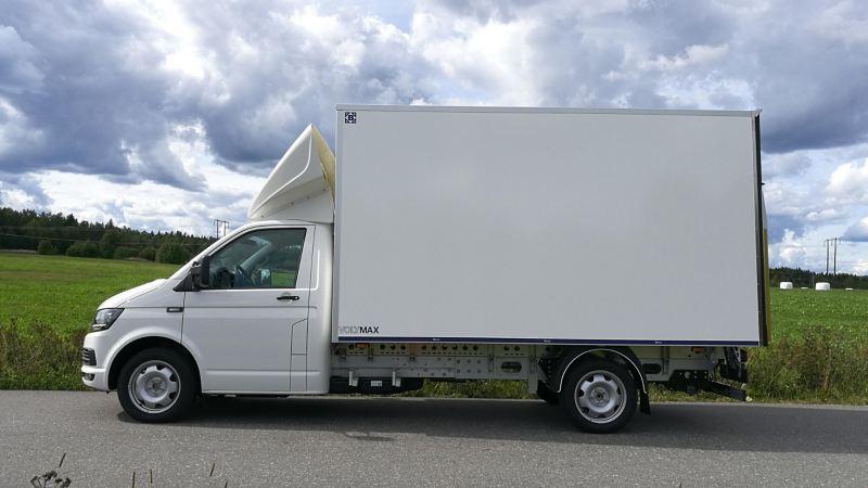 Vit VW Transporter VolyMax på landsväg