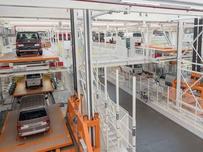 Eine Produktionshalle von Volkswagen Nutzfahrzeuge.
