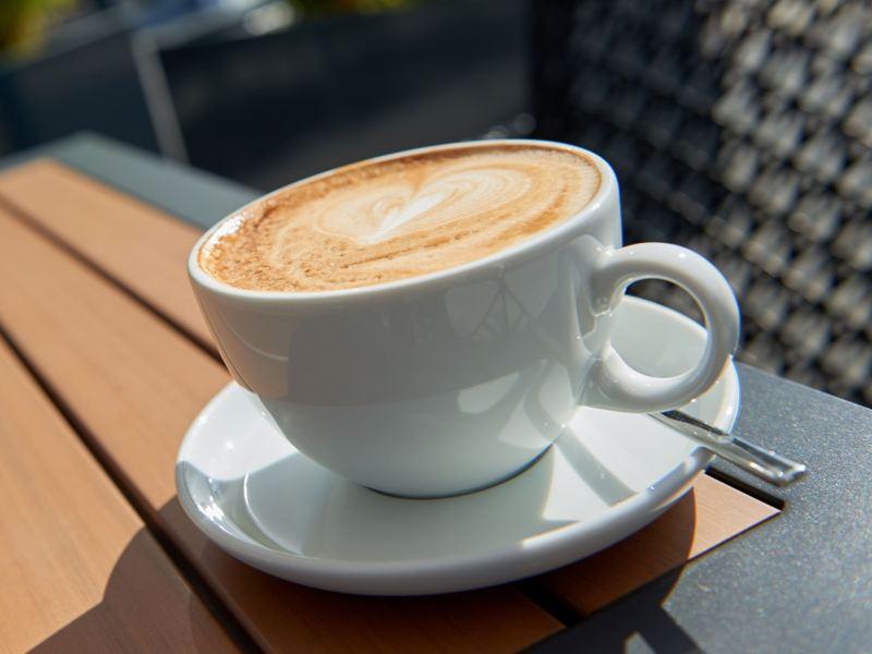 Eine Tasse Cappucino von schräg oben.
