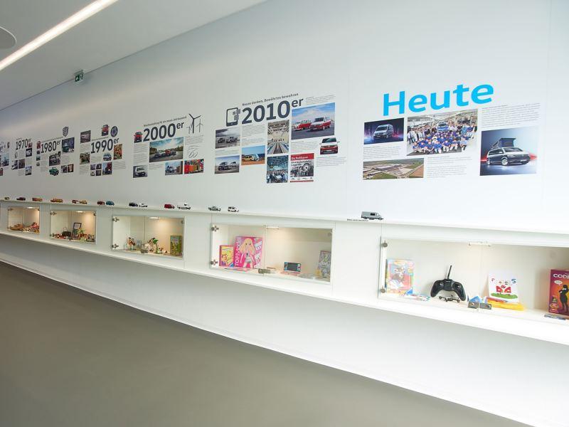 Eine bebilderte Zeitleiste im Volkswagen Nutzfahrzeuge Kundencenter Hannover