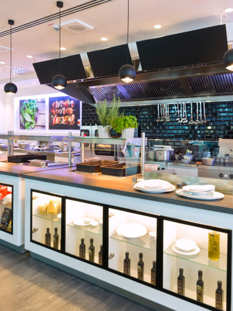 Frontansicht eines Restaurants im Volkswagen Nutzfahrzeuge Kundencenter.