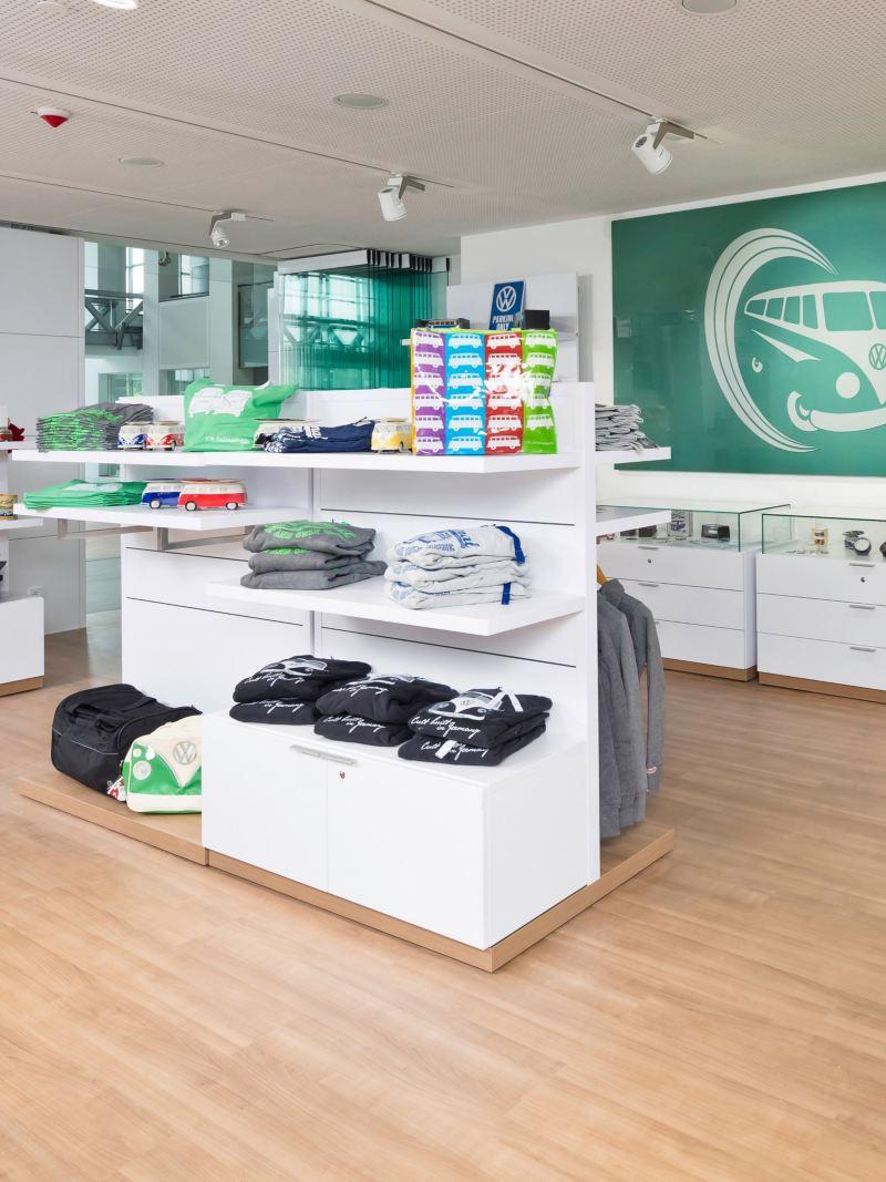 Innenansicht eines Shops mit Volkswagen Werbeartikeln.