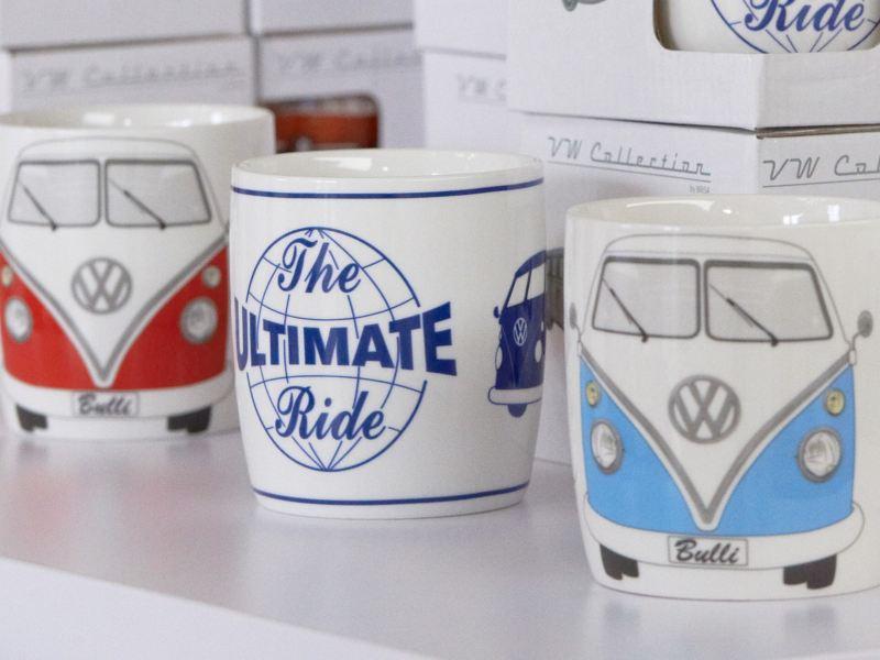 Tassen mit Volkswagen Aufdruck.