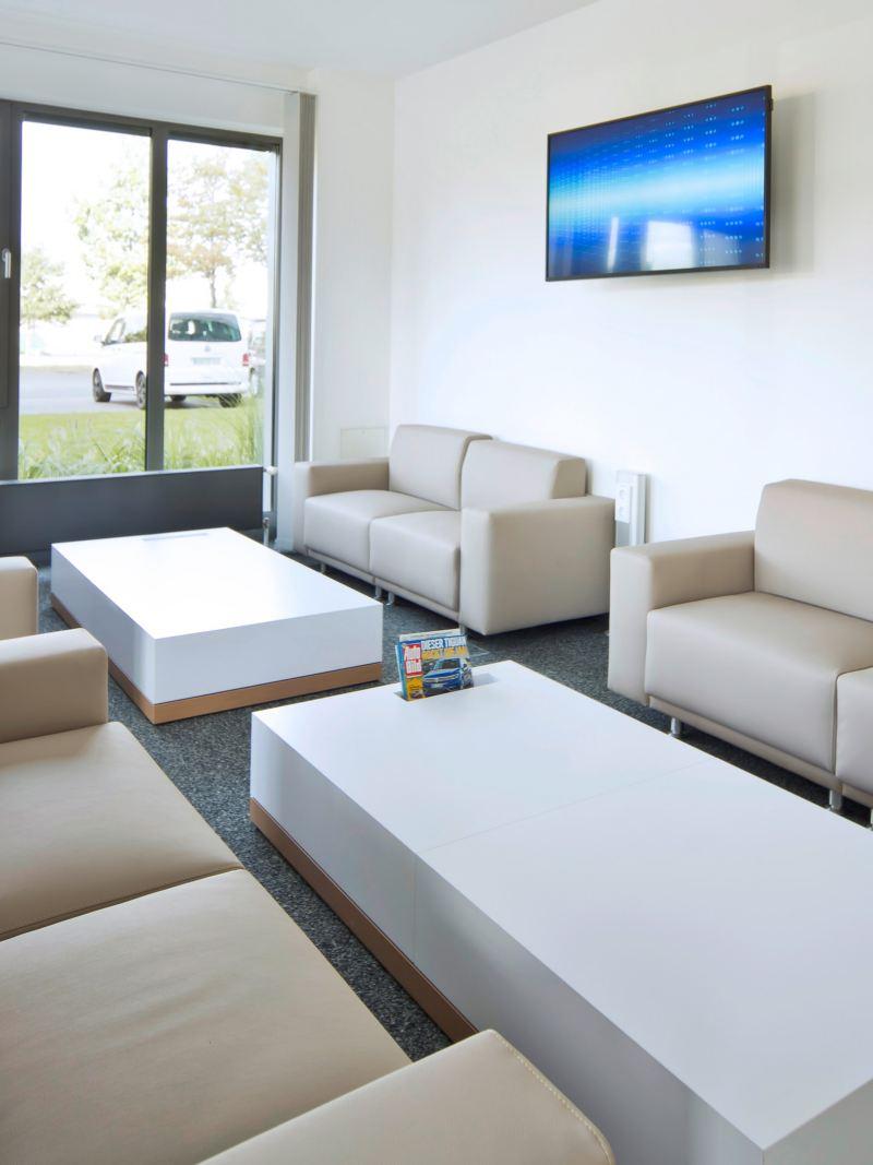 Ein Ruheraum mit Sofas, Sesseln und Tischen.