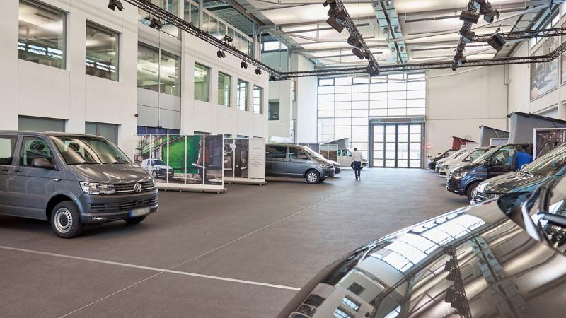 Eine Halle mit darin abgestellten Fahrzeugen.