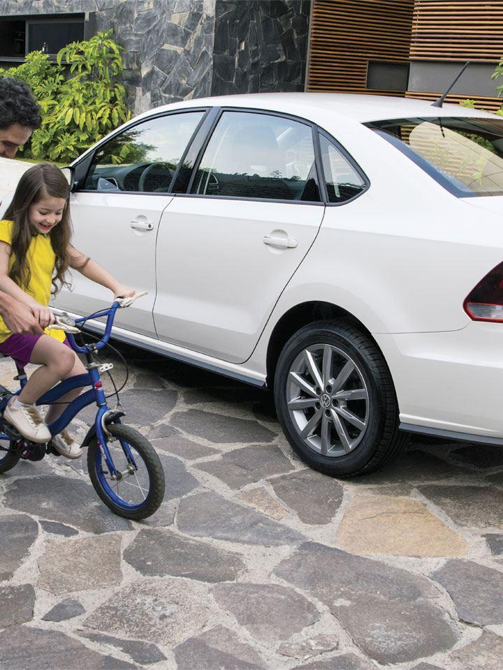 Padre e hija conviviendo a lado de Vento 2021 de Volkswagen México