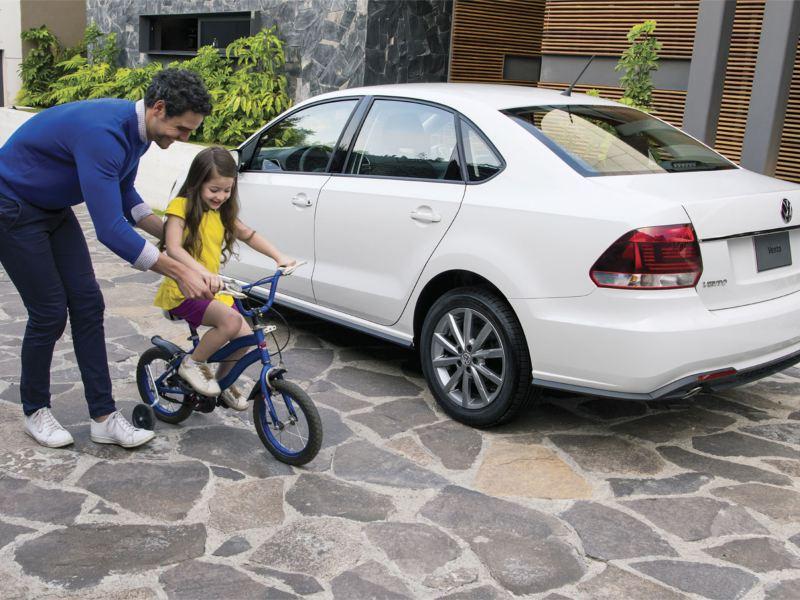 Vista trasera del auto sedán Vento 2020 de Volkswagen